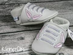 puschen_hellgrau_sneaker_federn